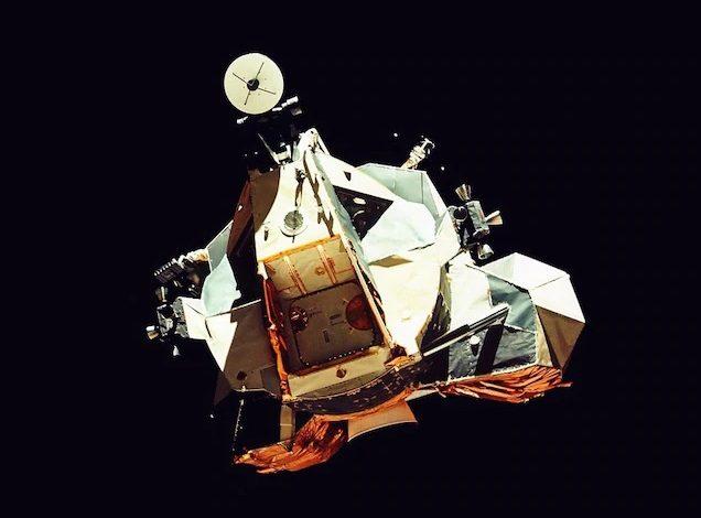 Неуклюжий на вид лунный модуль «Челленджер» «Аполлона-17» возвращается в свой командный модуль «Америка» после полета на Луну в декабре 1972 года.