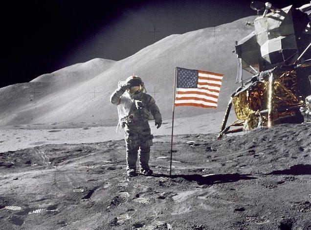 С лунным модулем Falcon, сверкающим на заднем плане, командир «Аполлона-15» Дэйв Скотт салютует американскому флагу на посадочной площадке Хэдли-Апеннин 30 июля 1971 года.