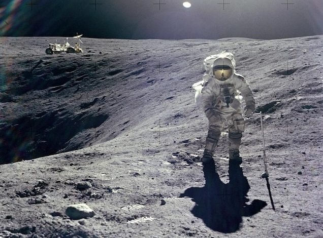 Пилот лунного модуля «Аполлон-16» Чарльз Дюк собирает образцы вблизи края кратера Плам - углубления глубиной 10 метров на поверхности Луны.