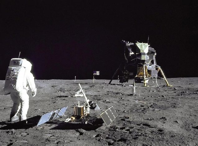 Астронавт Базз Олдрин осматривает оборудование на базе Транквилити во время полета «Аполлона-11» 20 июля 1969 года.