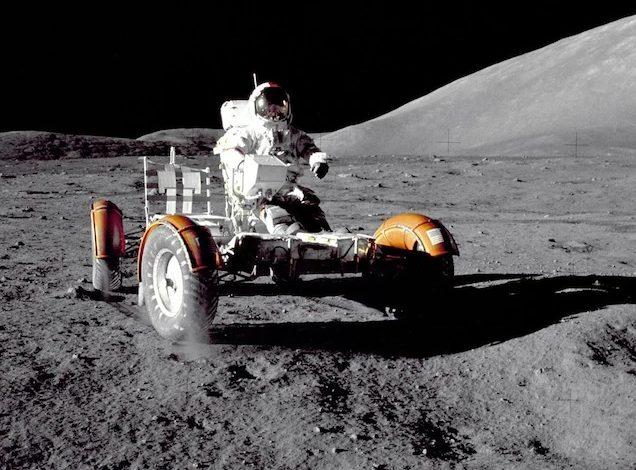 Командир миссии «Аполлон-17» Юджин Сернан проверяет LRV на посадочной площадке Таурус-Литтроу в декабре 1972 года.